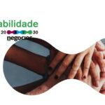 Foto de várias mãos entrelaçadas,em formato de elipse, sobre fundo branco. Prémio Nacional de Sustentabilidade 2030. Negócios.